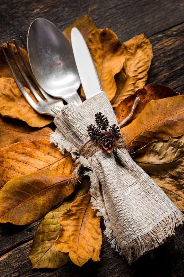 Danksagungs-Mahlzeit-Einstellung Saisongedeck Danksagungsherbstgedeck mit Tischbesteck und Herbstlaub stockfotos