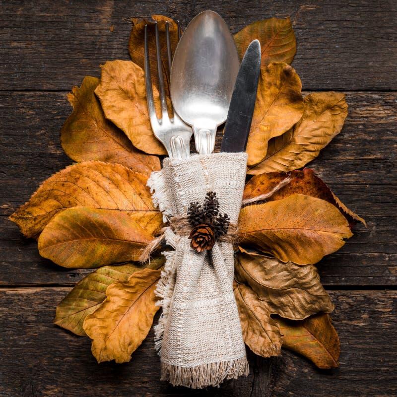 Danksagungs-Mahlzeit-Einstellung Saisongedeck Danksagungsherbstgedeck mit Tischbesteck und Herbstlaub lizenzfreies stockbild