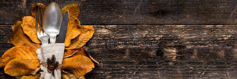 Danksagungs-Mahlzeit-Einstellungs-Fahne Saisongedeck Danksagungsherbstgedeck mit Tischbesteck lizenzfreie stockfotografie