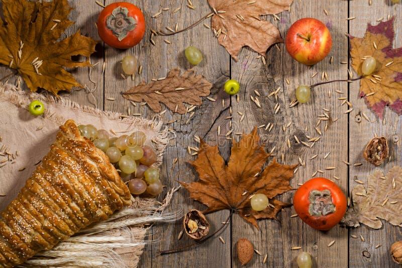 Danksagungshintergrund: Fülle mit Früchten auf einer hölzernen Brandung stockbild