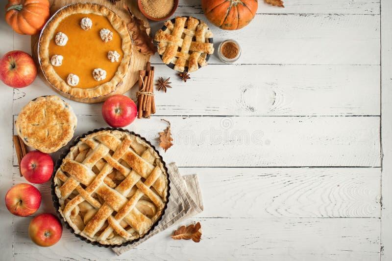 Danksagungskürbis und verschiedene Torten des Apfels lizenzfreie stockfotografie