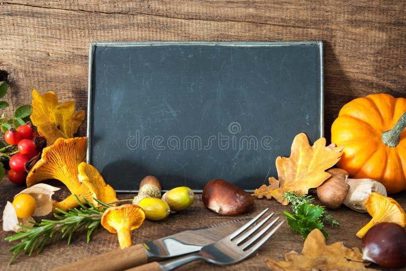 Danksagungsstillleben mit Pilzen, Saisonfrucht und veget stockfoto