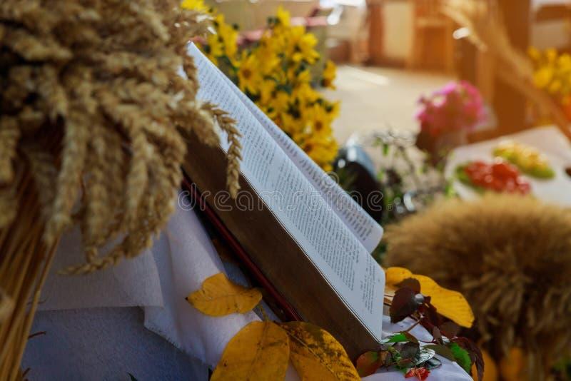 Danksagungstag, Weizen, den die offene Bibel auf warmer Naturhintergrund-Herbstgruppe Produkten mögen lizenzfreies stockfoto