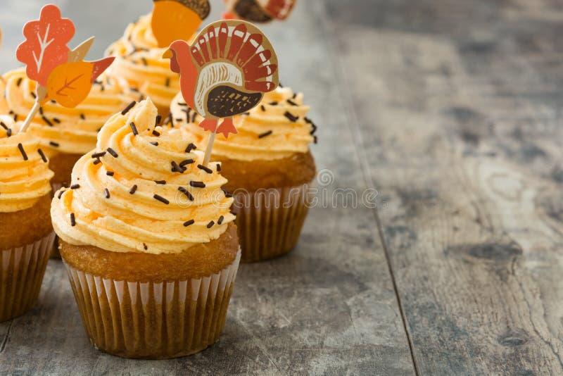 Dankzegging cupcakes op hout royalty-vrije stock foto