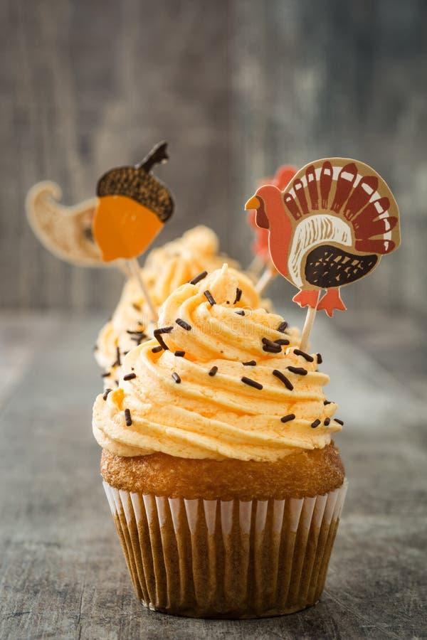 Dankzegging cupcakes op hout royalty-vrije stock fotografie