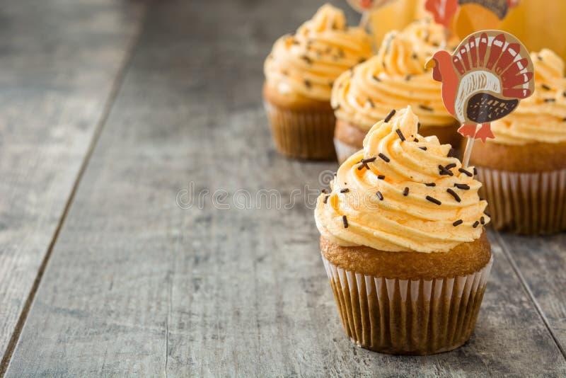 Dankzegging cupcakes op houten achtergrond royalty-vrije stock foto