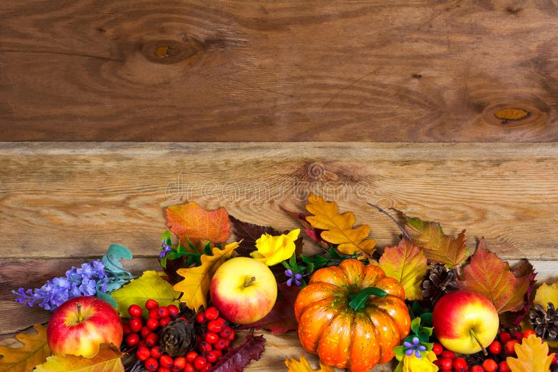 Dankzeggingsbelangrijkst voorwerp met eiken bladeren, pompoen, appel, sering royalty-vrije stock foto