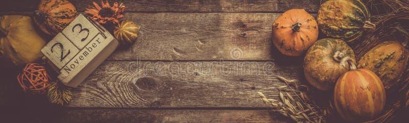 Dankzeggingsconcept - decoratie met pompoenen stock foto's