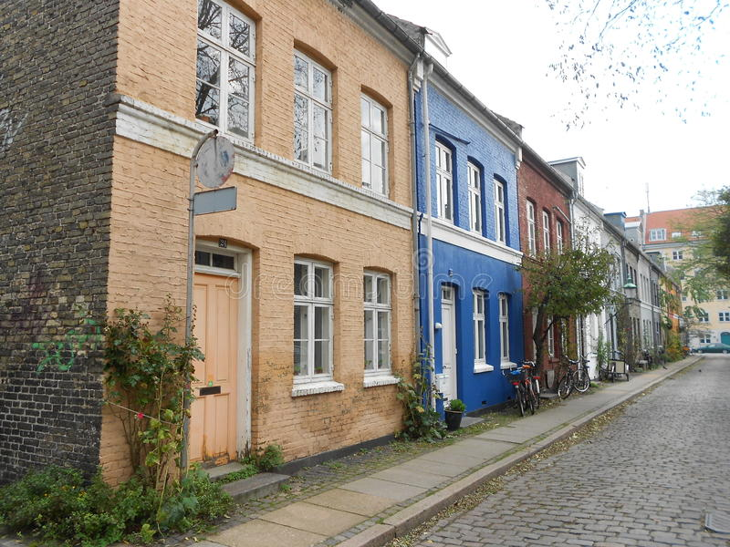 Danmark färgade hus, en perfekt gata arkivbilder