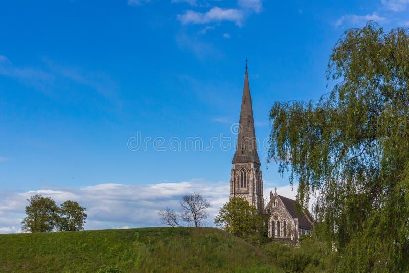Danmark Köpenhamn, kyrka för St Albans, engelsk kyrka, anglikansk kyrklig blå himmel för sommartid arkivfoton