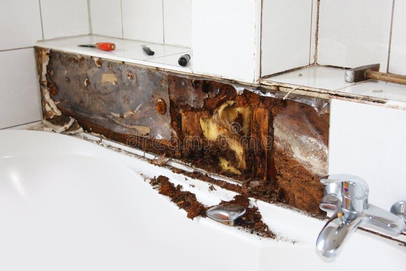 Danno dell'acqua intorno alla vasca da bagno fotografie stock