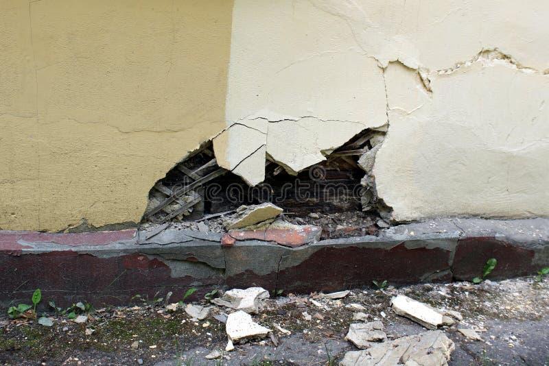 Danno della parete della casa del fondamento da umidit? pareti senza impermeabilizzare i frammenti si trovano vicino immagini stock