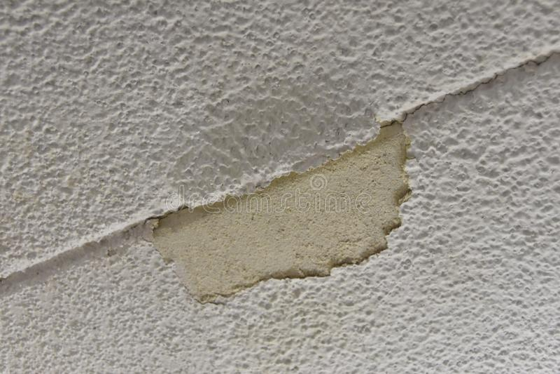 Danno dello stucco e del gesso su un soffitto fotografia stock libera da diritti