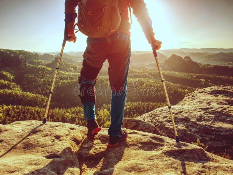 Dano da articulação do joelho dentro do passeio na montanha Sofrimento do homem do turista da dor do joelho imagem de stock royalty free