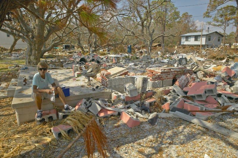 Dano de exame do residente da mulher da vida e os restos na frente de sua casa bateram pelo furacão Ivan em Pensacola Florida fotografia de stock