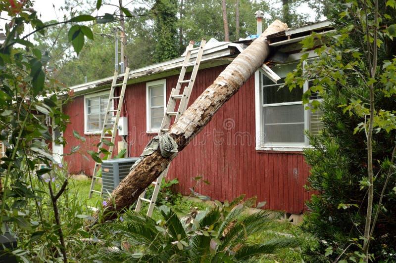Dano do furacão EF0 no telhado da casa foto de stock royalty free