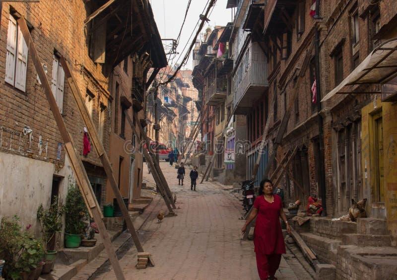 Dano do terremoto ao longo das ruas de Kathmandu foto de stock