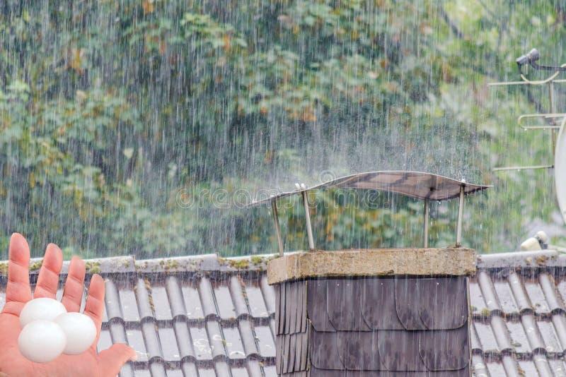 Dano severo ao telhado pela saraiva imagem de stock royalty free