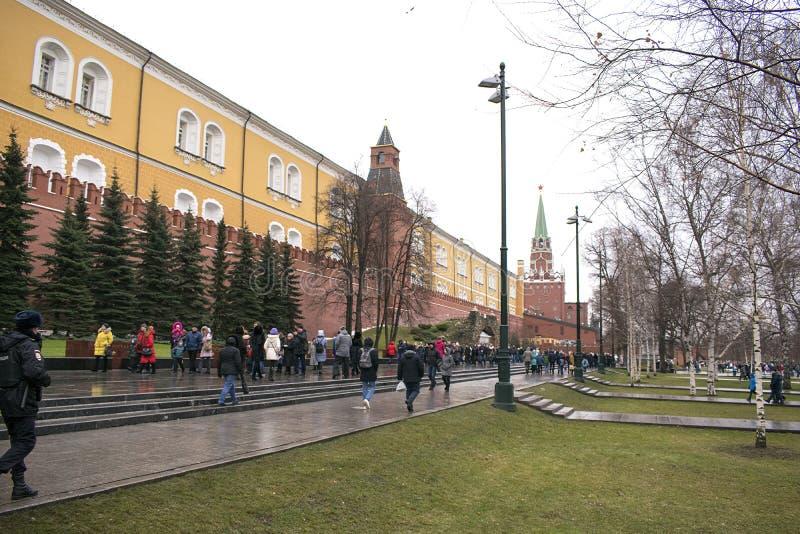 Dans Alexander Garden, près des murs de Kremlin image libre de droits