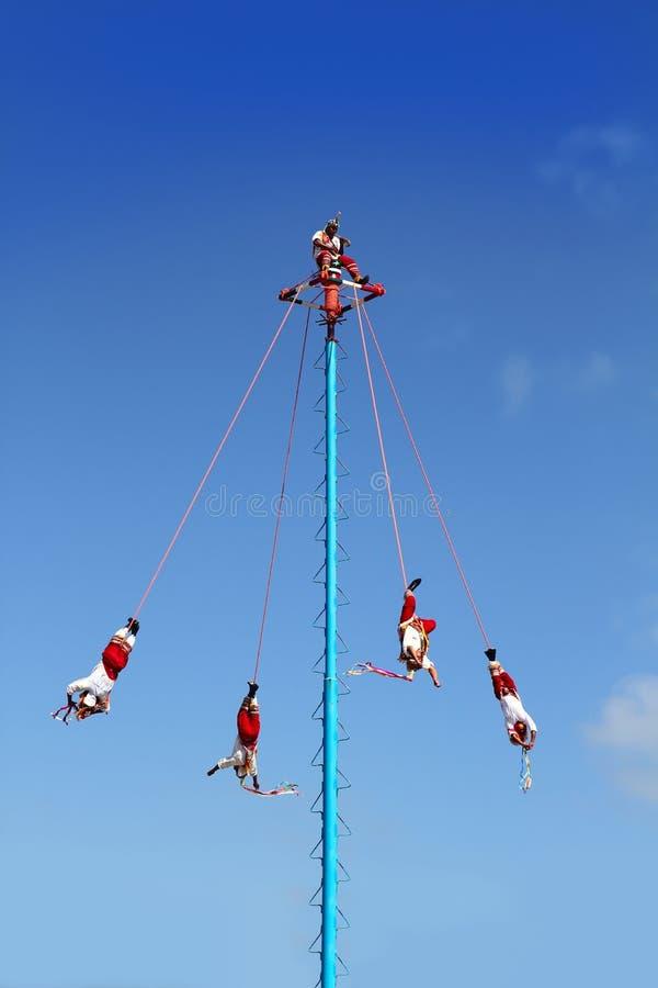 Dans av Papantla reklamblad danza de los voladores arkivfoto