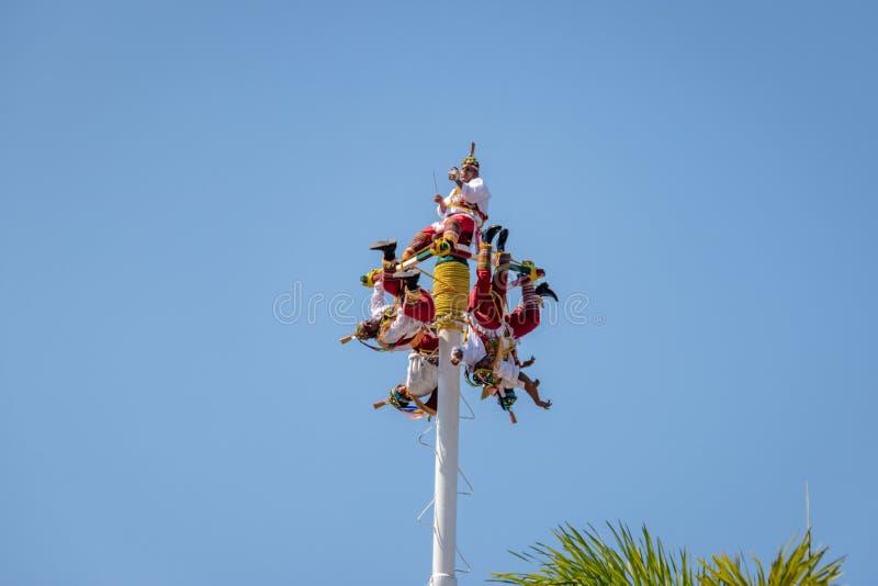Dans av Papantlaen Reklamblad Voladores de Papantla - Puerto Vallarta, Jalisco, Mexico royaltyfri foto