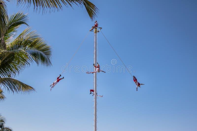 Dans av Papantlaen Reklamblad Voladores de Papantla - Puerto Vallarta, Jalisco, Mexico arkivfoton