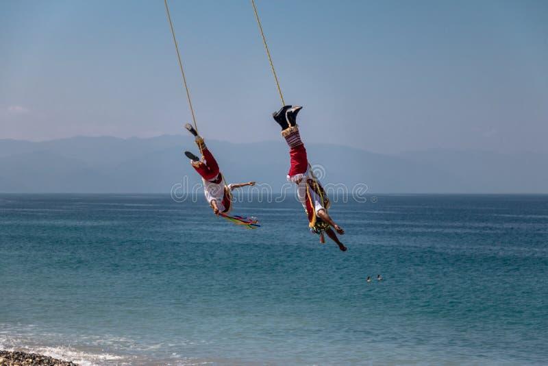 Dans av Papantlaen Reklamblad Voladores de Papantla - Puerto Vallarta, Jalisco, Mexico royaltyfria bilder