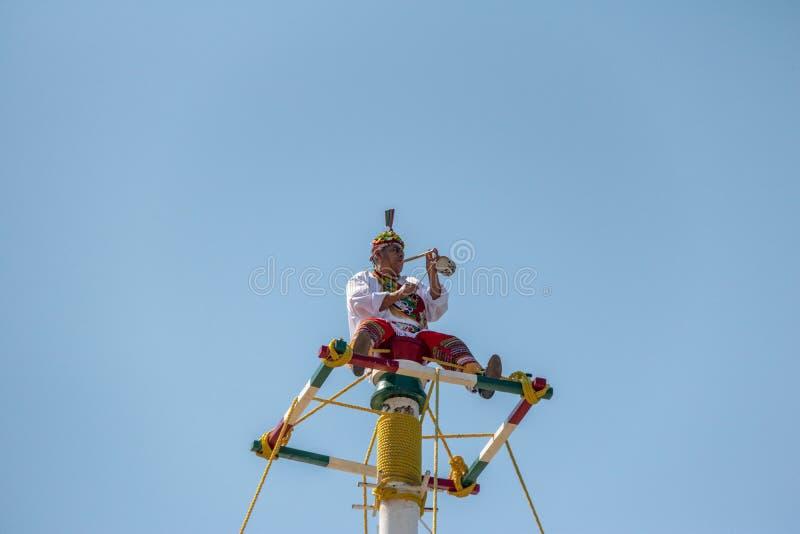 Dans av Papantlaen Reklamblad Voladores de Papantla - Puerto Vallarta, Jalisco, Mexico royaltyfri bild