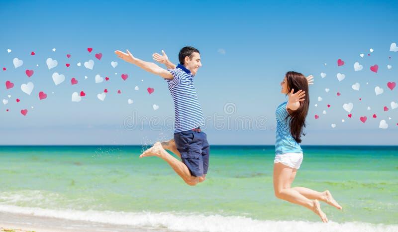 Dans des couples d'amour dans des vêtements bleus sautant entre eux image libre de droits