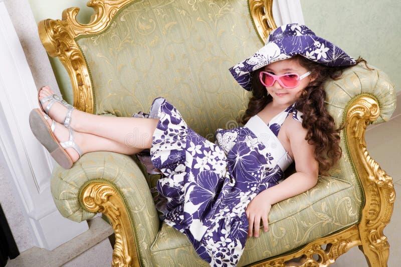 Dans des lunettes de soleil roses photos libres de droits