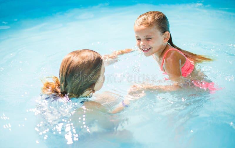 Dans en pret in pool royalty-vrije stock fotografie
