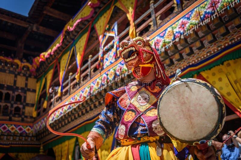 Dans för buddistisk munk på den Paro Bhutan festivalen royaltyfri foto
