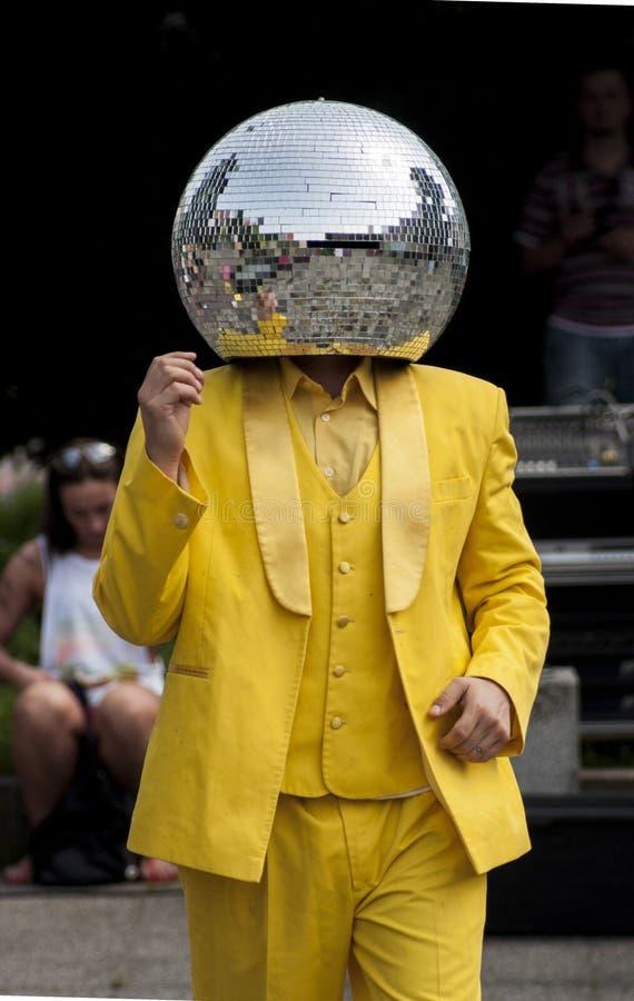 Dans för diskobollman i gatan royaltyfri foto