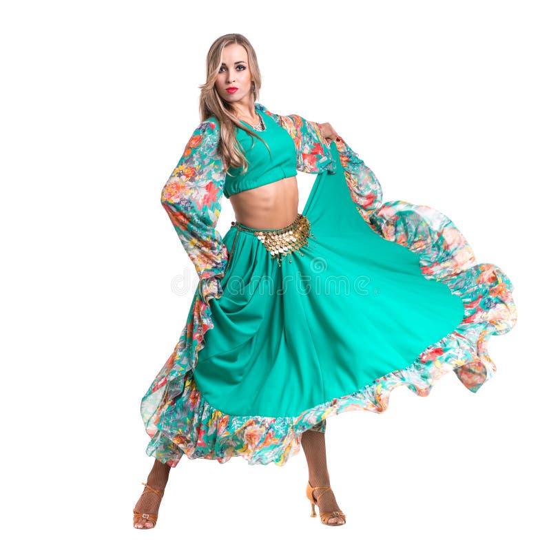 Dans för ung kvinna, isolerad oavkortad kropp på vit arkivfoton