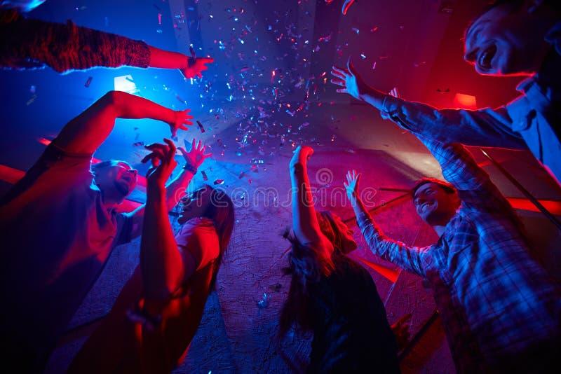 Dans i konfettier royaltyfri fotografi