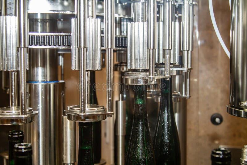 Dans l'établissement vinicole un vin obtient mis en bouteille automatiquement photo libre de droits