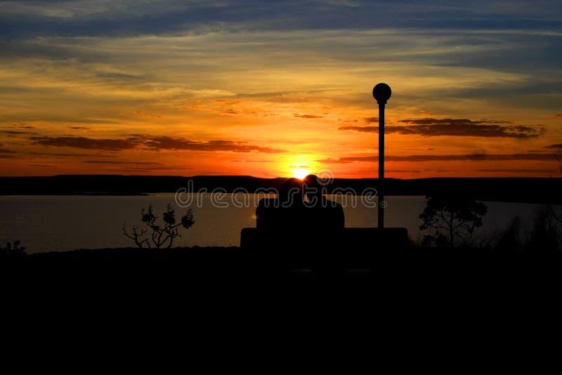 Dans l'amour avec le coucher du soleil images stock