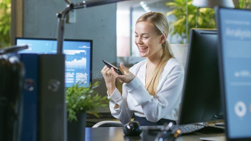Dans l'homme d'affaires Sits de bureau à ses entretiens de bureau avec son Collea photographie stock libre de droits
