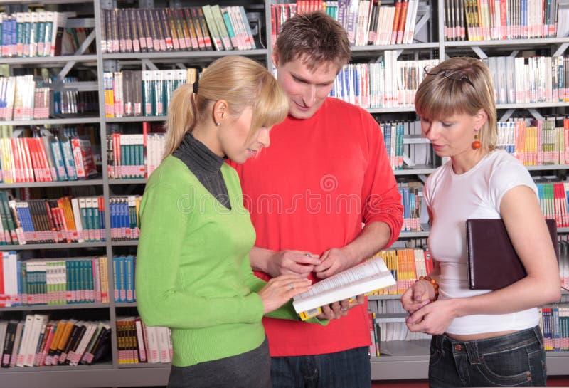 Dans la bibliothèque images stock