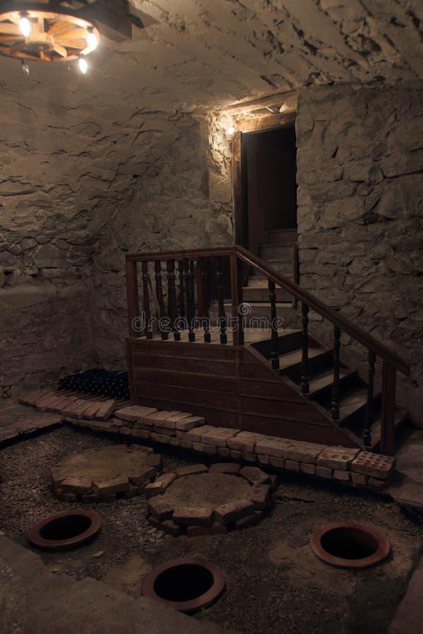 Dans la cave de la maison de logement dans la ville de Bolnisi, la Géorgie image stock