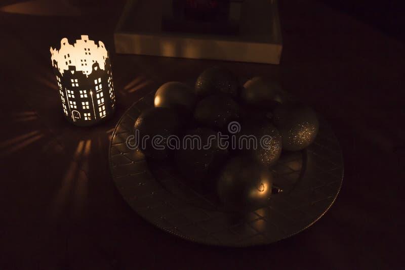 Dans la nuit de fête Bougie et jouets brûlants de Noël images stock