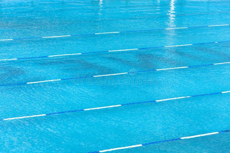 Dans la plate-forme du centre un pour le d?but et la ruelle de la piscine photo stock