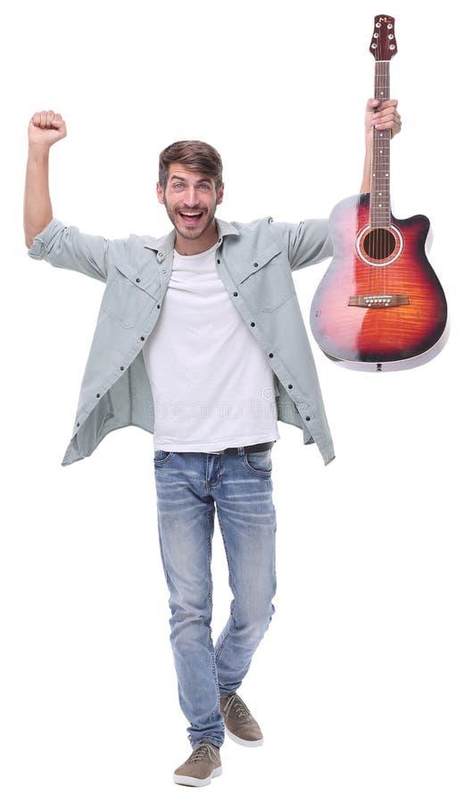 Dans la pleine croissance jeune musicien masculin heureux avec la guitare photo libre de droits