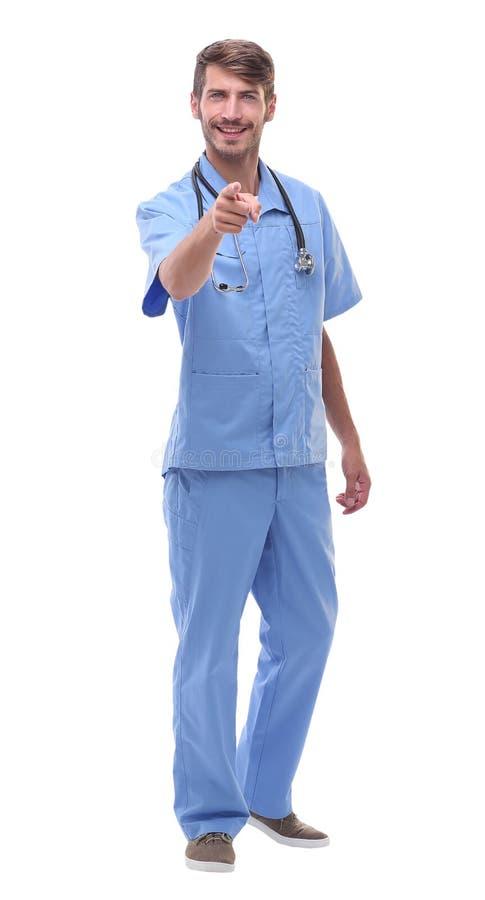 Dans la pleine croissance un médecin avec un stéthoscope se dirigeant à y images libres de droits