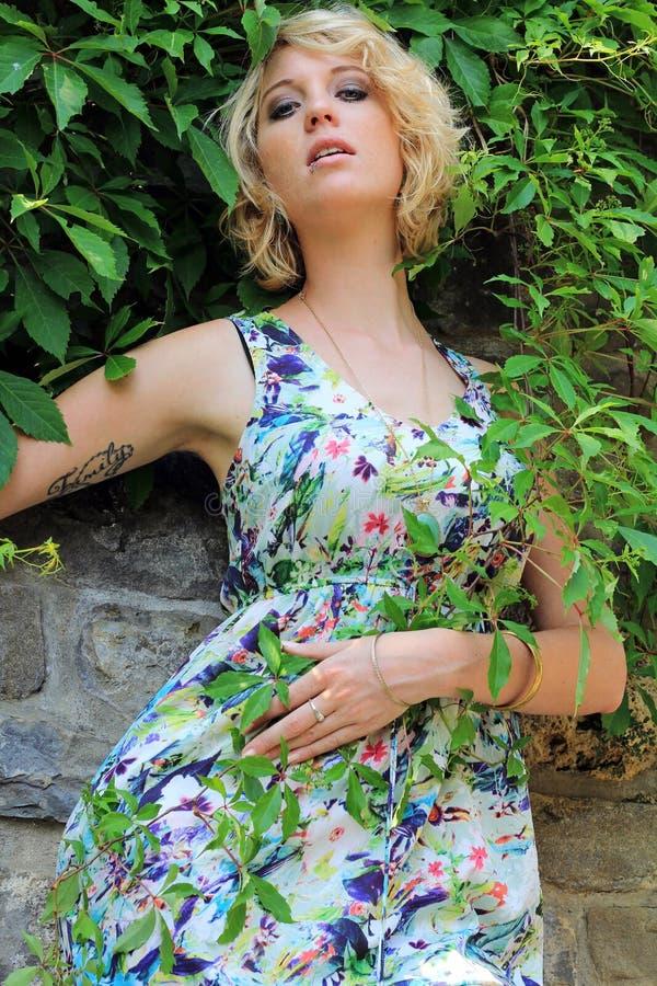 Dans la robe colorée d'été photographie stock