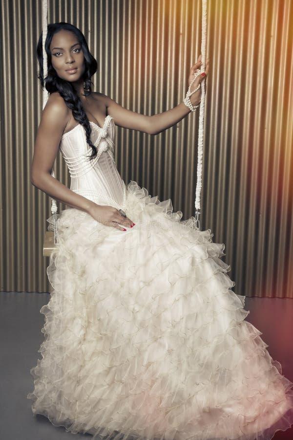 Dans la robe de mariage photographie stock libre de droits