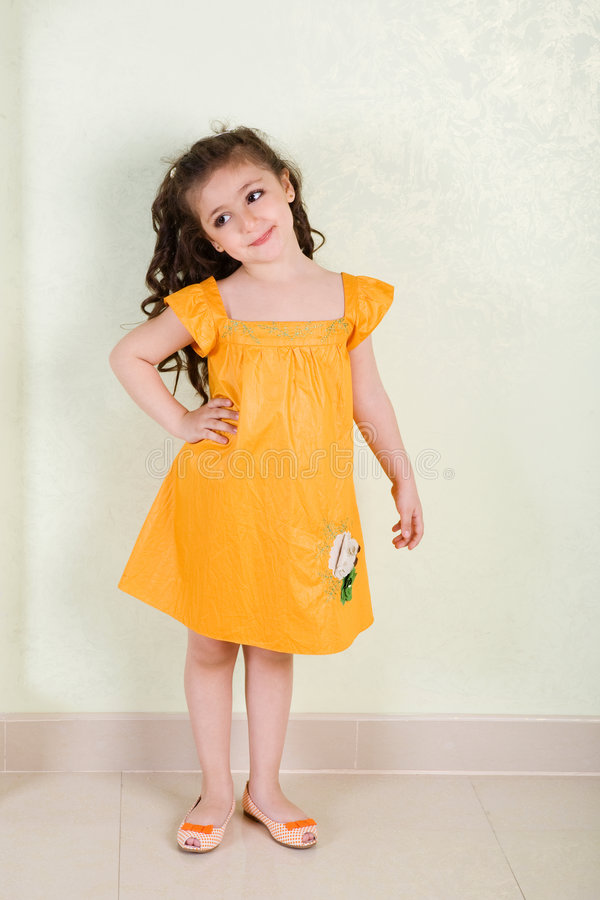 Dans la robe jaune images stock