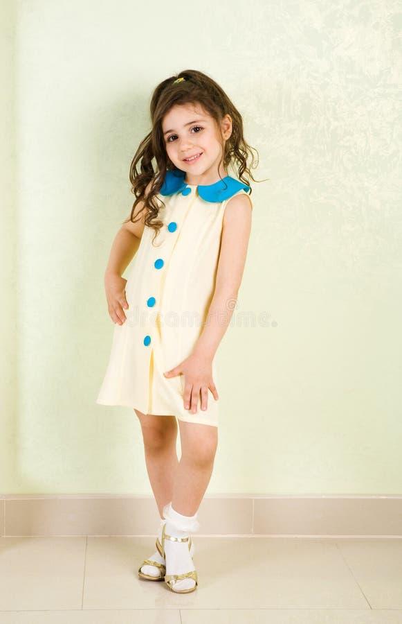 Dans la robe jaune image stock