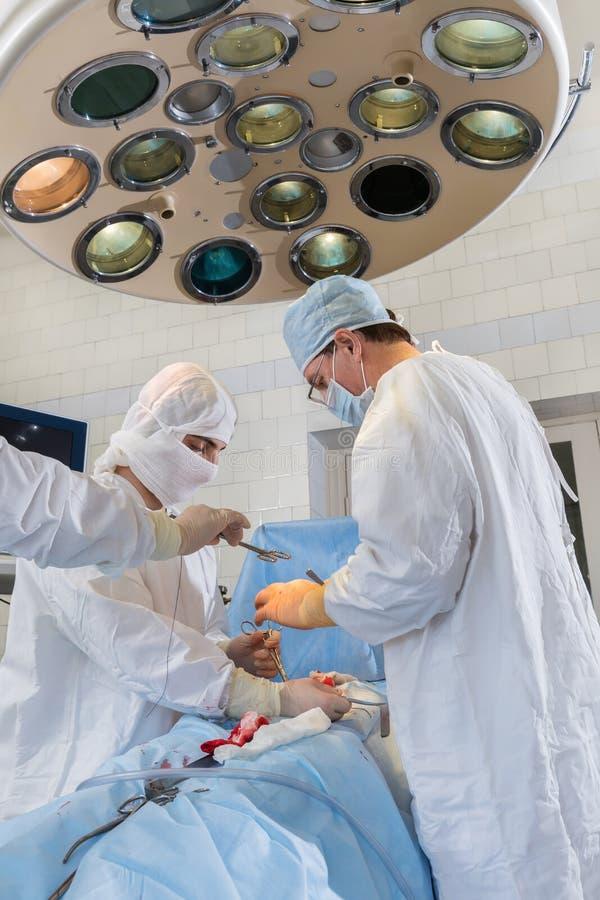 Dans la salle d'opération photos stock