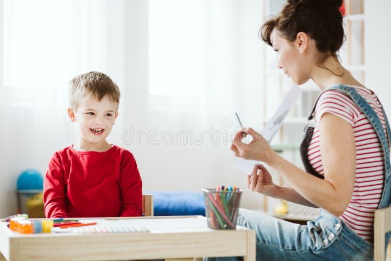 Dans la th?rapie, l'enfant apprend les qualifications qui ne viennent pas naturellement en raison d'ADHD, comme ?couter et pr?ter photo stock